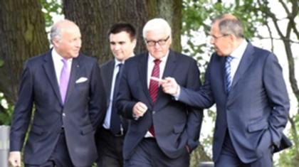 Франция, Украина, Германия және Ресей сыртқы істер министрлері (солдан оңға қарай) Лоран Фабиус, Павел Климкин, Франк-Вальтер Штайнмайер және Сергей Лавров. Берлин, 17 тамыз 2014 жыл.