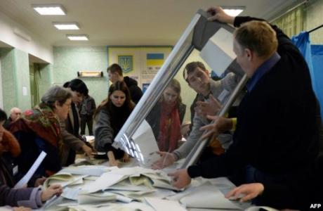Сайлау учаскесіндегі дауыстарды санау процесі. Киев, 26 қазан 2014 жыл.