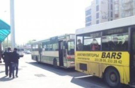 Алматыда аялдамада тұрған автобустар. (Көрнекі сурет).