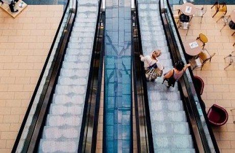 Қырсық әйел бұзылған эскалаторға мінем деп аяғынан айырылды (видео)